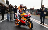 Repsol Honda team battle on through the Valencia rain!